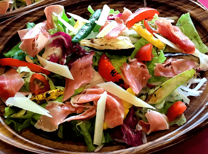 季節の野菜と生ハムのサラダ|つくばスペインバル|SpanishBarBonito「スパニッシュバルボニート」
